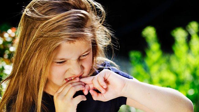 Почему ребёнок грызёт ногти и как отучить его от этого занятия?