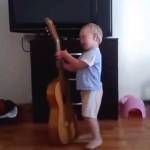 Ребенок поет и аккомпанирует себе на гитаре