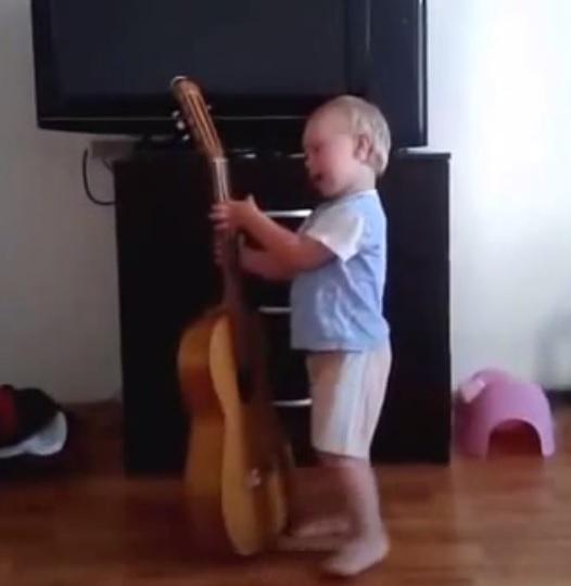 Ребенок поет и аккомпанирует