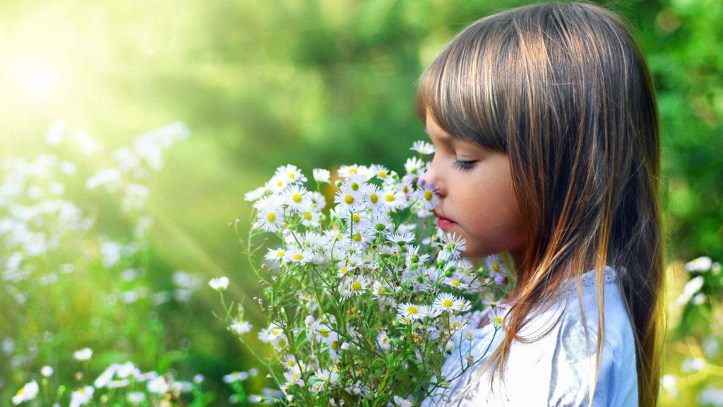 Психологи рассказали, когда скромность детей должна настораживать