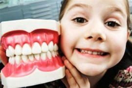 У ребёнка зубы «не на месте»: само пройдёт или надо лечить?