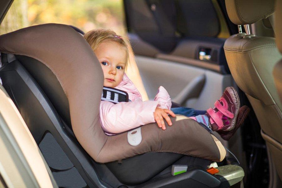 С 1 января в России запрещено оставлять детей одних в машине