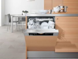 Нужна ли на кухне посудомоечная машина