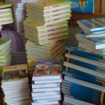 Многие родители вынуждены покупать детям учебные пособия