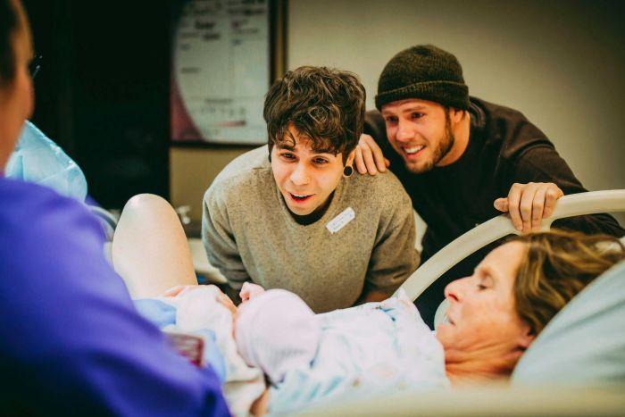 Бабушка рожает в качестве суррогатной матери для сына и его мужа