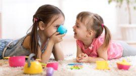 две девочки играют