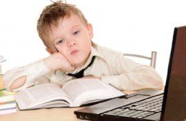 ребенок перед экраном компьютера