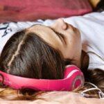 девочка в розовых наушниках