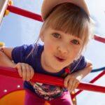 Девочка на детской площадке