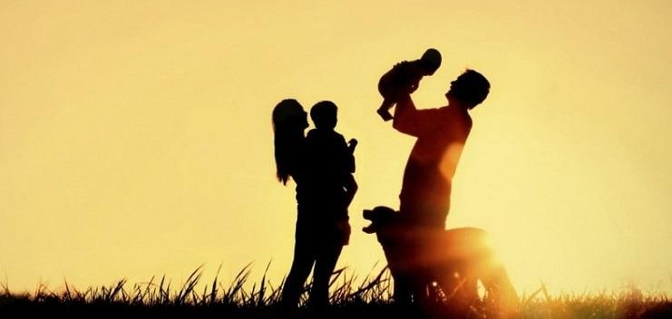 Родители с двумя детьми и собакой