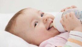 младенец ест из полипропиленовой бутылочки
