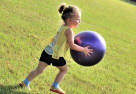 ребенок с мячом